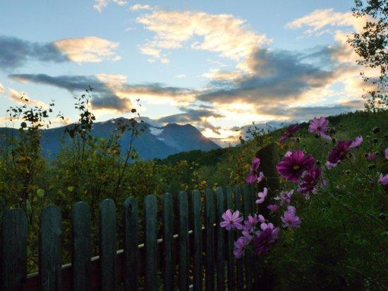 Logpile Lodge : sunset over the mountains