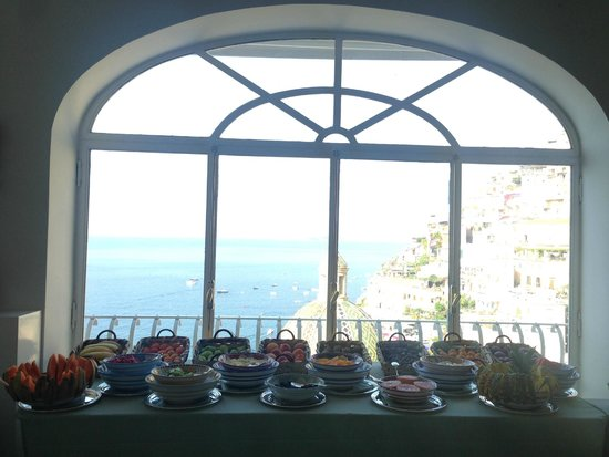 Le Sirenuse Hotel: View of Positano from the dining room