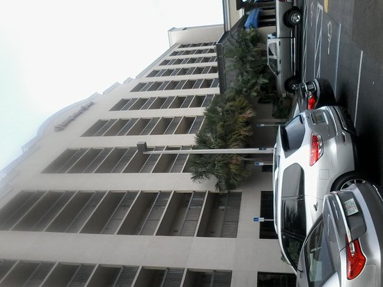 Hampton Inn Cocoa Beach/Cape Canaveral: frontof hotel