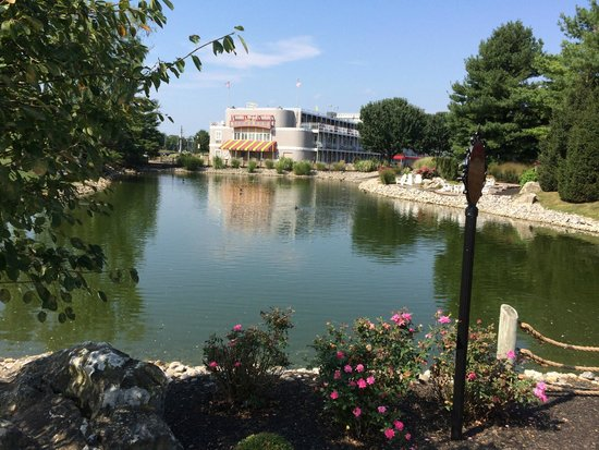Fulton Steamboat Inn : One end of hotel and duck pond