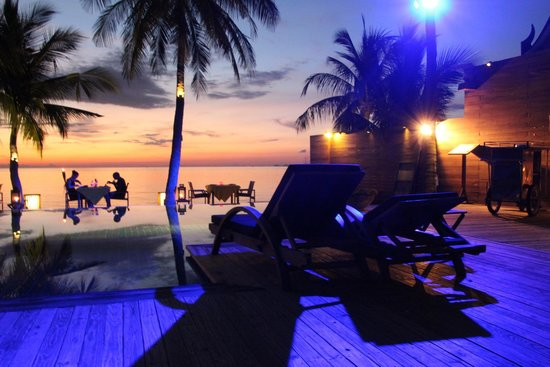 Tango Luxe Beach Villa : Dining at sunset