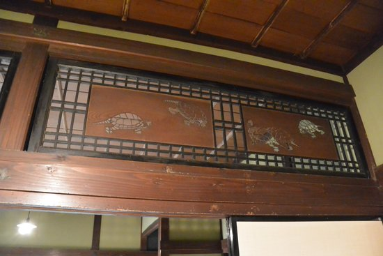 Ishiguro Samurai House: 亀の彫刻の欄間