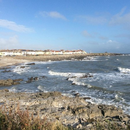 Foamedge Guesthouse: Walk along the shoreline on safe paths for miles