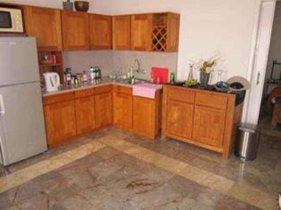 Bali Court Hotel and Apartments: Kitchen