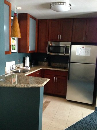 Residence Inn by Marriott Cincinnati Downtown/The Phelps: Clean functional kitchen
