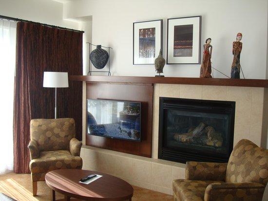 Metterra Hotel on Whyte: Living Room - TV & Fireplace