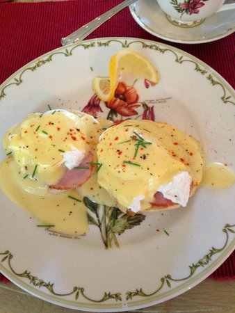 Stone Throw Cottage: Breakfast Day 2 - Eggs Benedict