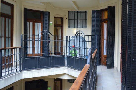 Milhouse Hostel Avenue: Quartos coletivos e acesso ao hall de elevador.