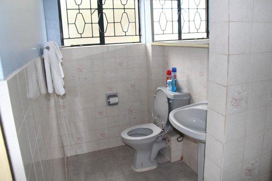 Biblica Guest House: Bathroom