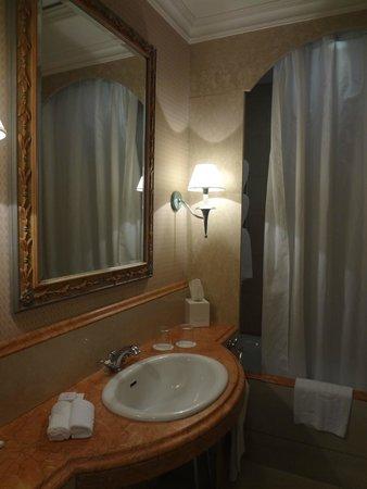 Rome Marriott Grand Hotel Flora : Bathroom