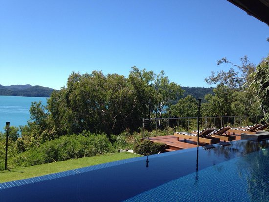 Qualia Resort: フロントからの眺め。何と海に鯨がやって来ました!!