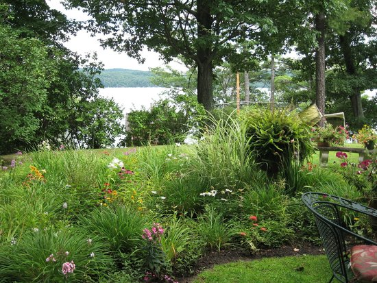 Ruah Bed & Breakfast: View of Lake George from garden