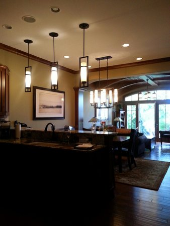 Tullymore Golf Club: Kitchen and Livingroom ....so beautiful !!