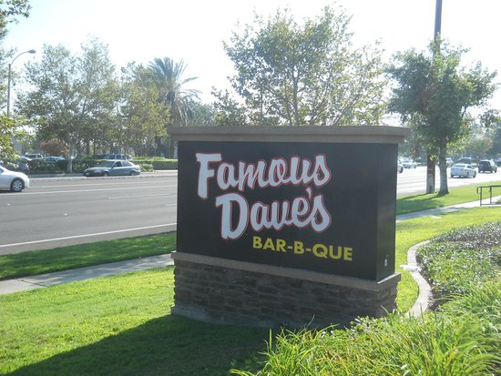 Famous Dave's: お店の看板
