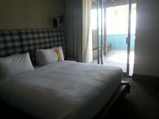 Kimpton Shorebreak Hotel: Partial ocean view king suite