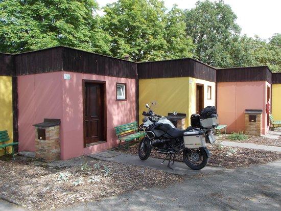 Motel Dlouha Louka: parcheggio a contatto
