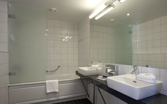 Park Inn by Radisson Kaunas: Bathroom with a bath