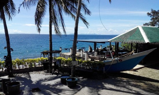 Aqua Venture Reef Club: Veranda with sun beads, bar, TV and sitring area