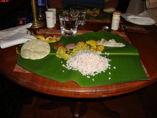 Coconut Bay Beach Resort: 1 mal pro Woche, gibt es das Essen auf Bananenblätter serviert