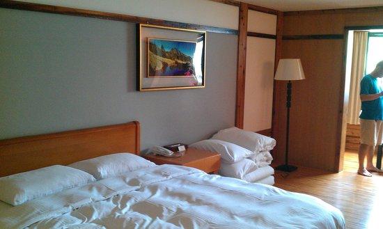 King's Resort Spa: 這是四人房,如果不習慣睡彈簧床的旅客,不妨參考這房型,可以兩人睡床上,兩人睡地上(地上有軟墊可以躺,不會太硬)!!