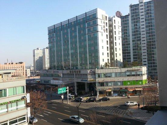 Hotel Vision: 眺めは良くはナイ。小さい窓が一つあり