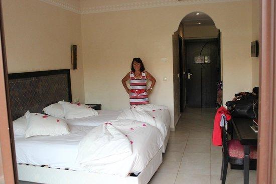 Zalagh Kasbah Hotel and Spa : Une chambre et les lits bien décorés