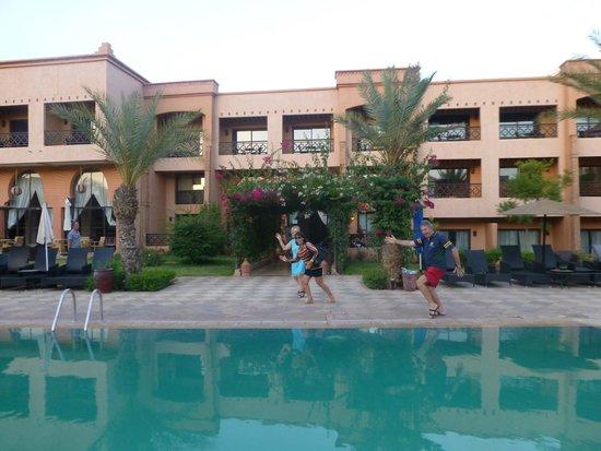 "Zalagh Kasbah Hotel and Spa : La piscine ""verte"" à notre arrivée"