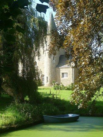Château de Kergouanton : Vue château depuis le petit étang