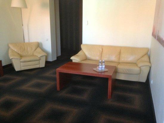 """Rixwell Centra Hotel: Vy på """"vardagsrummet"""" från sviten"""