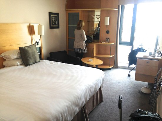 DoubleTree by Hilton London - Westminster: Large bed that was split into two twin beds.