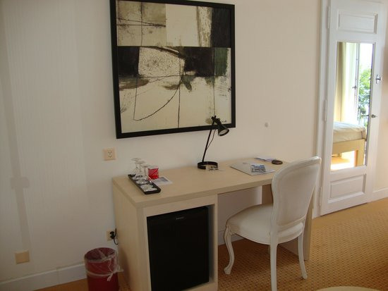 Hotel du Grand Lac Excelsior: Desk with minibar