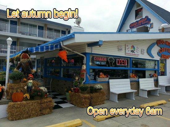 Doo Wop Coffee Shop: Fall decorations!! Open everyday 6am till Sept 28th.