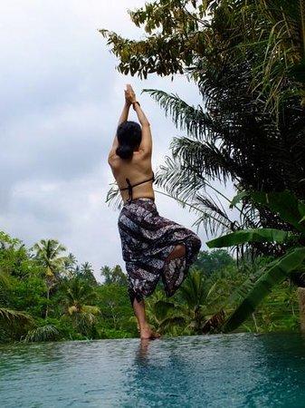 Pondok Sebatu Villa: プールヴィラで水上ヨガ