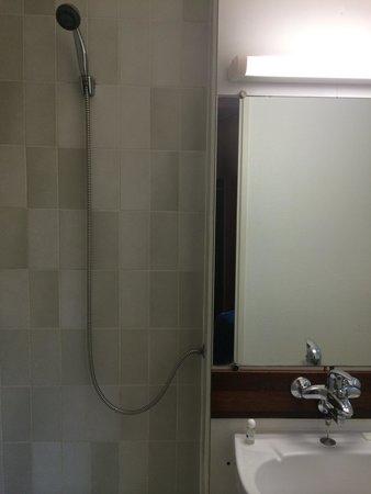 Hotel Rouen Saint Sever: Pas de mitigeur dans la douche...