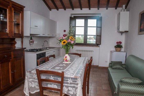 Cucina e soggiorno!! foto di agriturismo la collina del sole