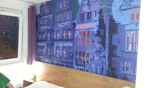 B&B Hotel Bremen: Zimmeransicht Wand hinterm Bett