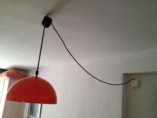 Belroy Apartamentos: 'salad bowl' lamp was useless, while the cabling seemed a little slap dash.
