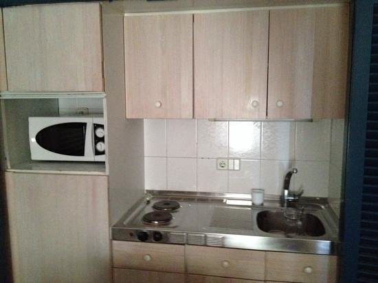 Belroy Apartamentos: Kitchen-ette type affair was old and tied, but also had no oven or grill.