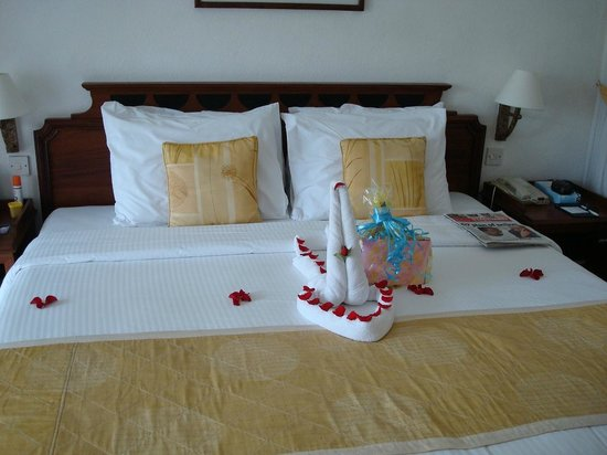 Sarova Whitesands Beach Resort & Spa: BEDS OF YOUR ROOM DRESSED ON OCCASIONS