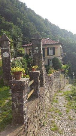 B&B Villa Le Ortensie: Aperçu du B&B Le Ortensie. La vue du balcon des chambres à l'étage supérieur est à couper le sou