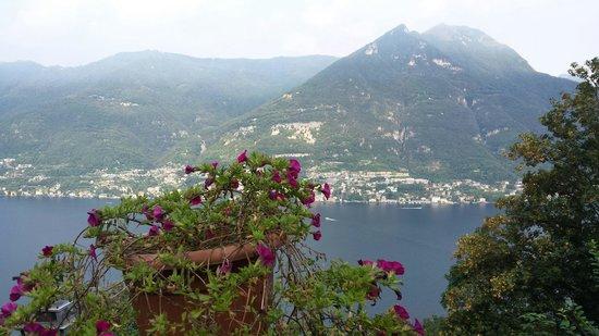 B&B Villa Le Ortensie: Une vue extraordinaire sur le lac de Côme, faisant face au village de Laglio - et à la villa d'u