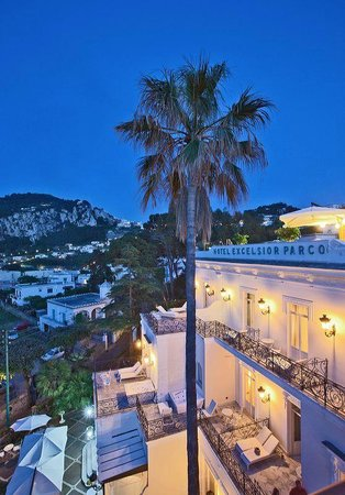 Luxury Villa Excelsior Parco: Hotel at night