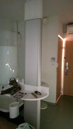 Ibis Budget Nimes Centre Gare : Dusche und Waschtisch