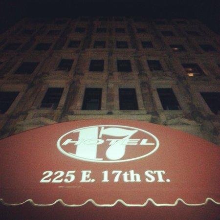 """Hotel 17: Ночной зловещий вид отеля как иллюстрация к фильму Вуди Аллена """"Загадочное убийство в Манхэттене"""