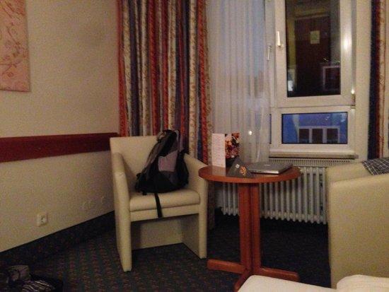 Astor Hotel: Sitzecke im Zimmer