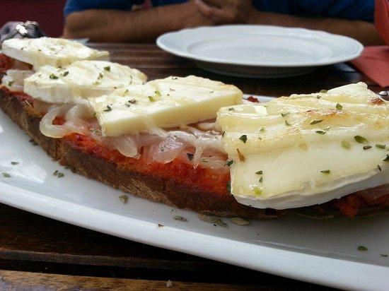 EL Veedor de Viandas: Tostada de sobrasada, cebolla caramelizada, queso y miel.