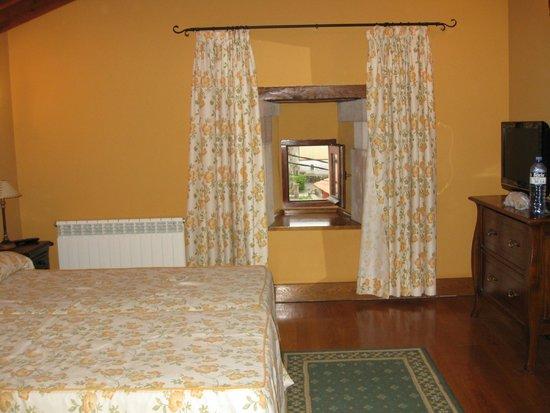 Hotel Palacio Guevara: Room 10 (TV bigger than window)