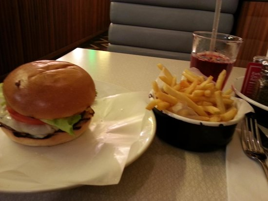 Byron Earls Court: Cheeseburger and fries