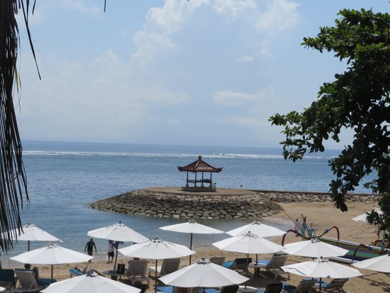 Respati Beach Hotel - Sanur : uitzicht vanuit het restaurant
