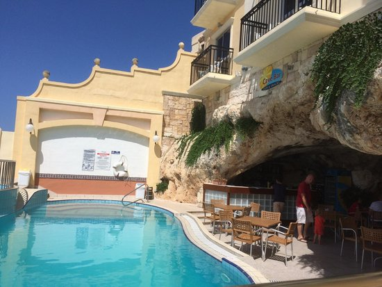 Pergola Hotel & Spa: Piscine du bas et le cave bar